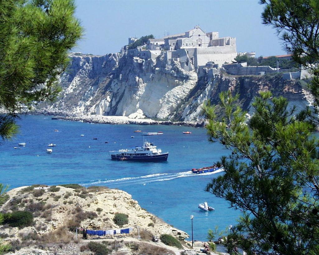 Usada como exílio de homens gays por Mussolini, a Ilha de San Domino fica no arquipélago de Tremiti, no Mar Adriático (Foto: Reprodução)