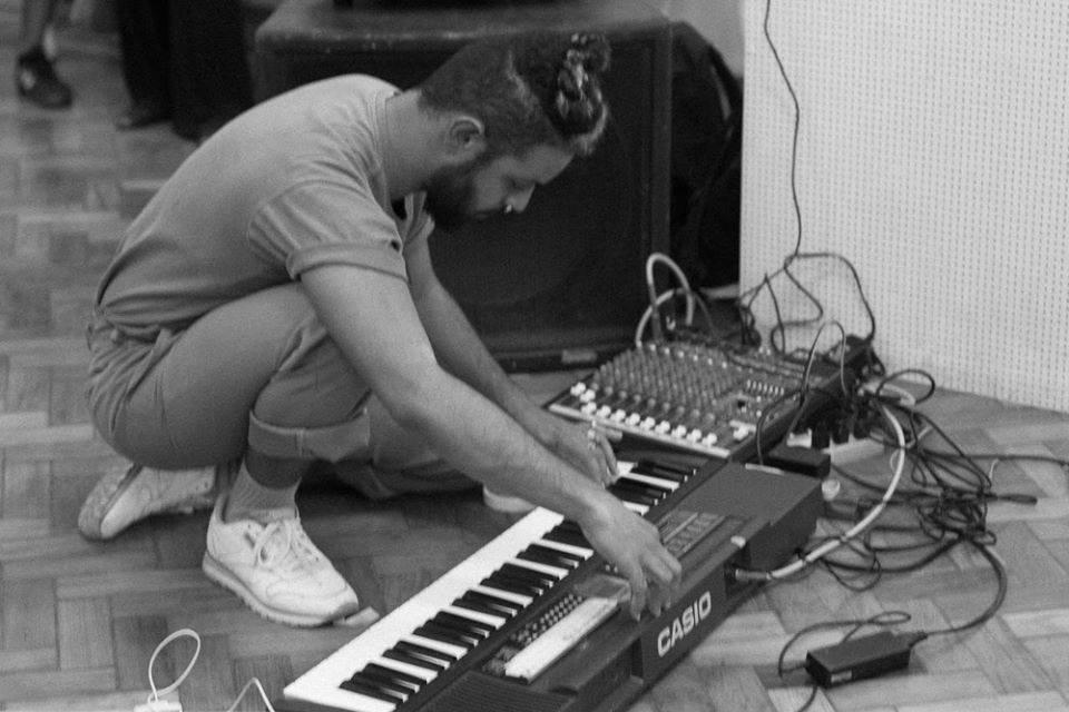 Jhonatta Vicente com o teclado Casio que deu origem ao projeto Podeserdesligado (Foto: João Roma)