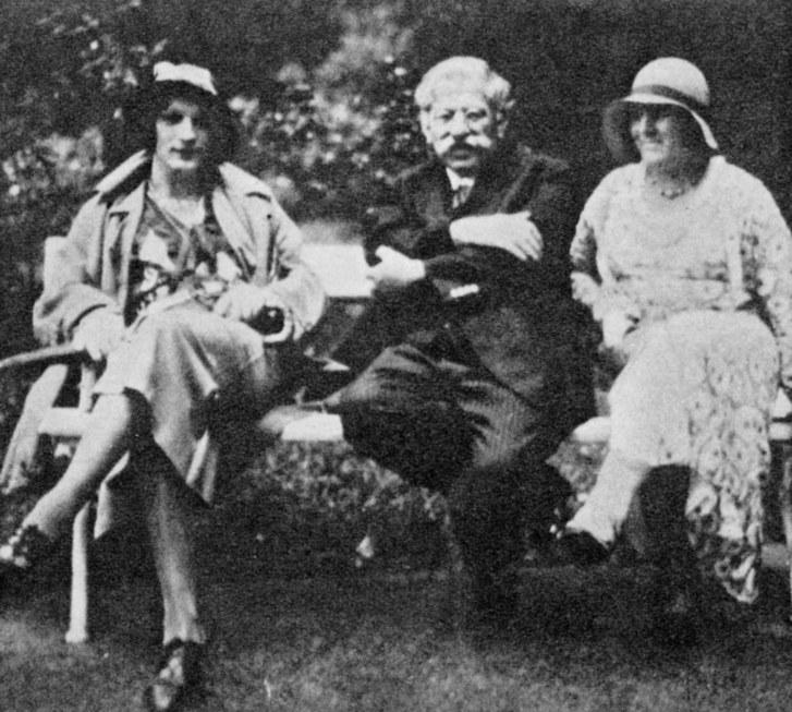 Magnus Hirschfeld com duas cross-dressers em frente ao Instituto de Sexologia, na década de 1920 (Foto: Reprodução)