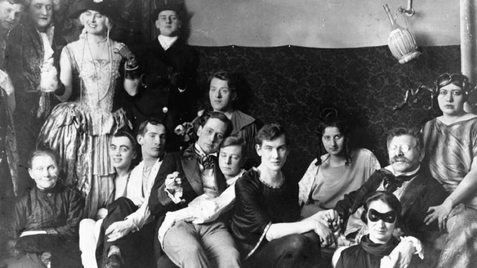 Magnus Hirschfeld durante uma fetsa com pacientes e inquilinos do Instituto de Sexologia de Berlim (Foto: Reprodução)