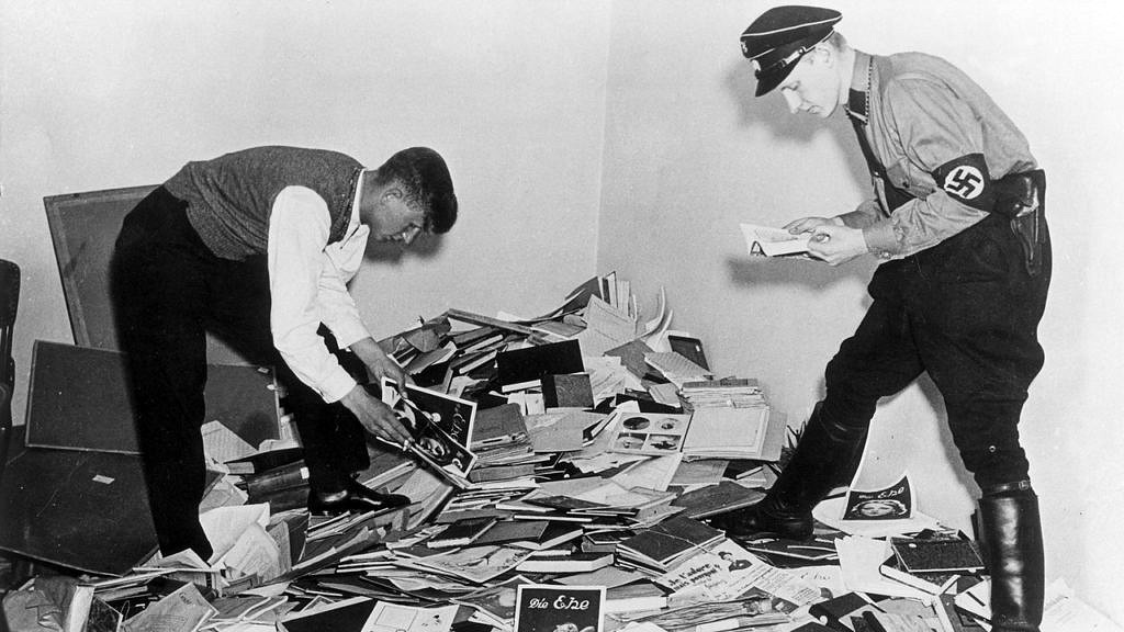 Soldados nazistas apreendendo livros censurados durante o regime de Adolf Hitler (Foto: Getty Images   Reprodução)