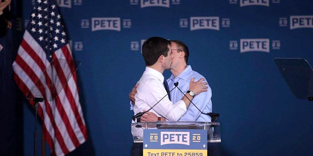 Pete Buttigieg com o marido, Chasten Glezman, durante o anúncio oficial de sua candidatura à presidência (Foto: Michael Conroy | AP)