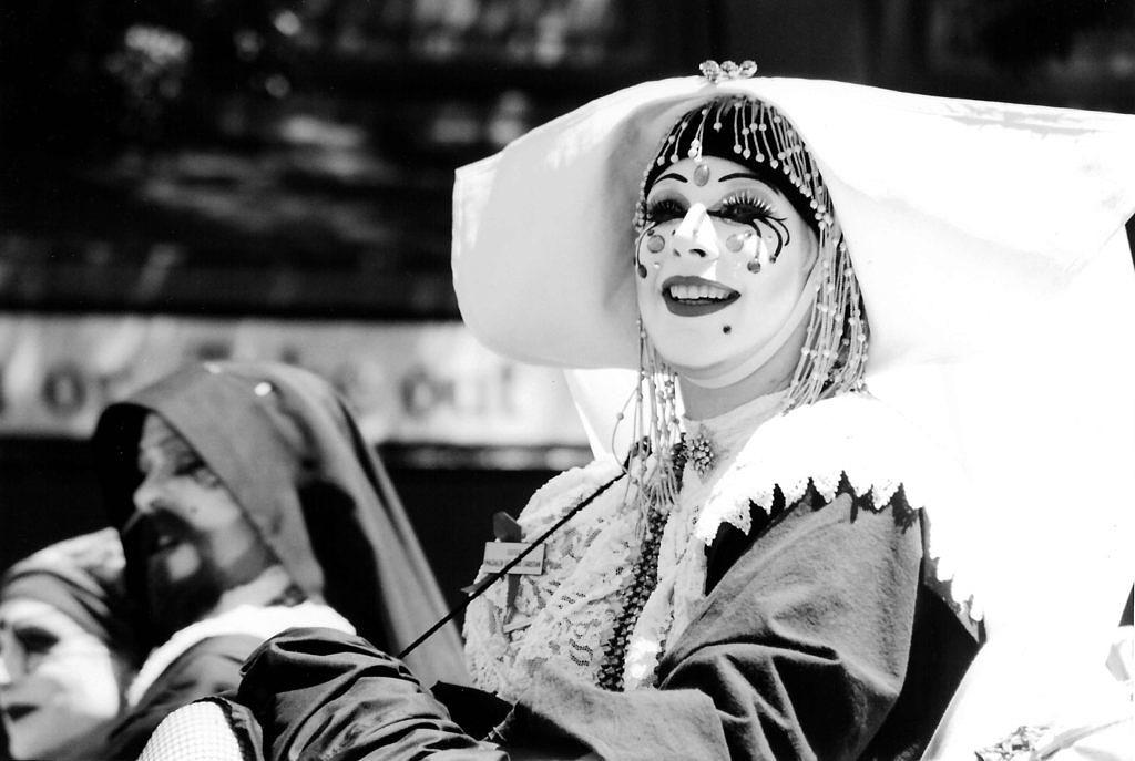 Uma das Irmãs durante a Parada do Orgulho LGBT de Seattle, em 1995 (Foto: Reprodução)