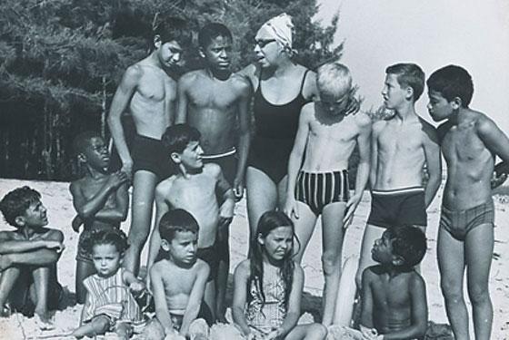Foto de família: Josephine Baker com seus 12 filhos adotivos (Foto: Reprodução)