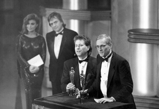 """Alan Menken e Howard Ashman recebendo o Oscar de Melhor Canção Original por """"Under The Sea"""" (Foto: Reprodução)"""