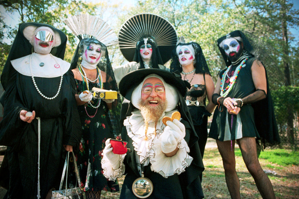 As Irmãs da Indulgência Perpétua distribuindo camisinhas douradas durante o carnaval de Nova Orleans, em 1987 (Foto: Bettmann | Getty Images)