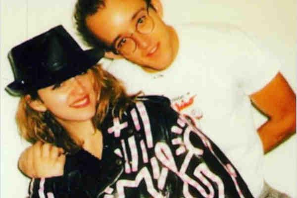 Madonna fotografada nos anos 1980 ao lado do amigo e artista plástico Keith Haring (Foto: Reprodução)