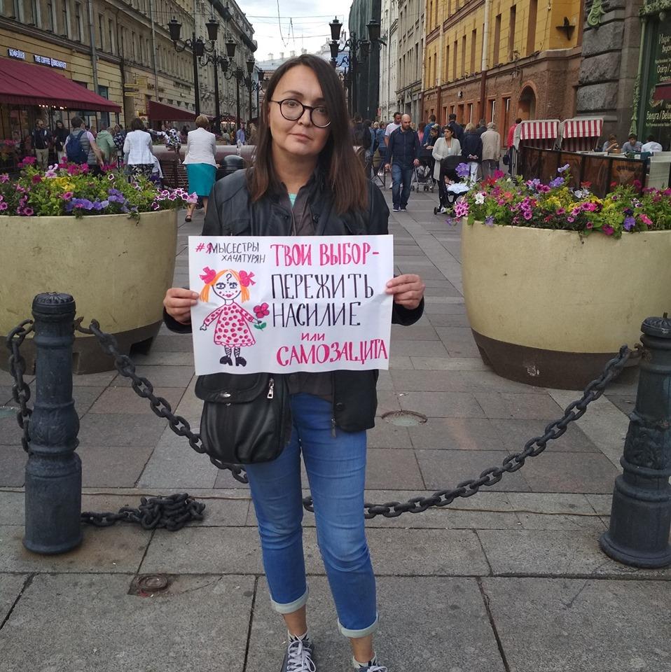 Corpo de Yelena Grigoryeva (41) foi encontrado próximo à sua casa, em São Petersburgo, com marcas de facadas e estrangulamento (Foto: Reprodução)