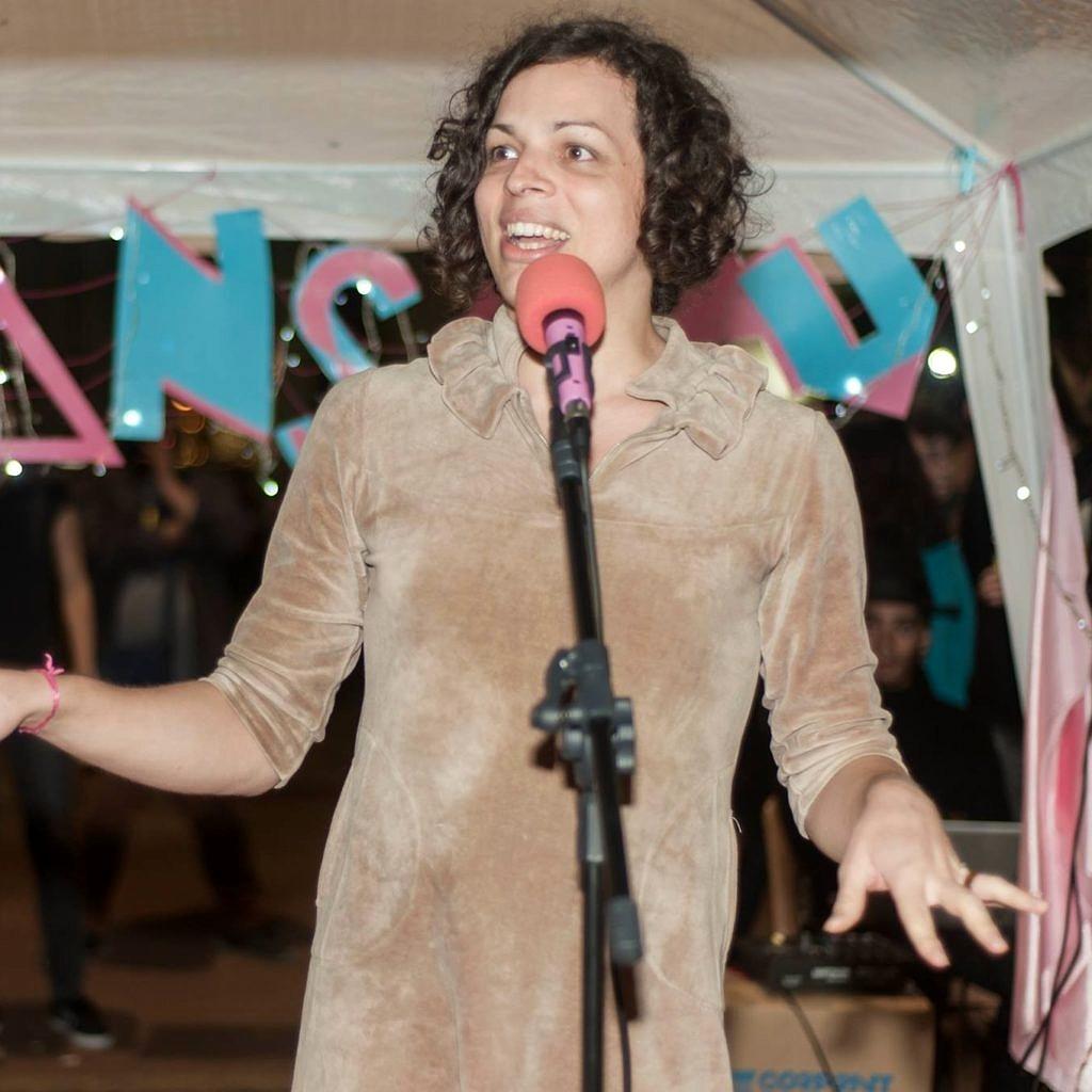 """Amara Moira, que assina o prefácio de """"Antologia Trans"""", durante o lançamento do livro (Foto: Reprodução Facebook)"""