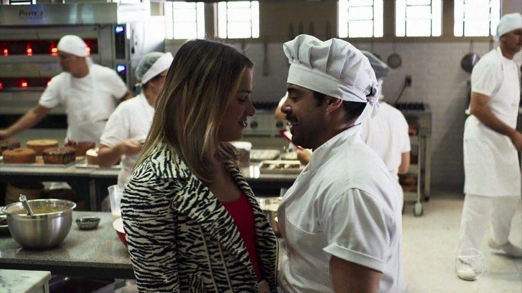 """O clima esquenta entre Britney e Abel (Pedro Carvalho) durante cena de """"A Dona do Pedaço"""" (Foto: Reprodução)"""