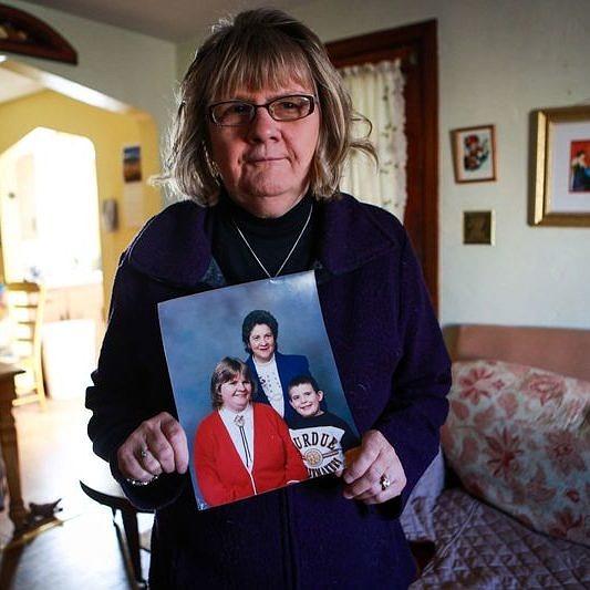 Kathy Kozachenko fotografada em 2015 segurando um retrato de sua família (Foto: Chris Goodney | Bloomberg)