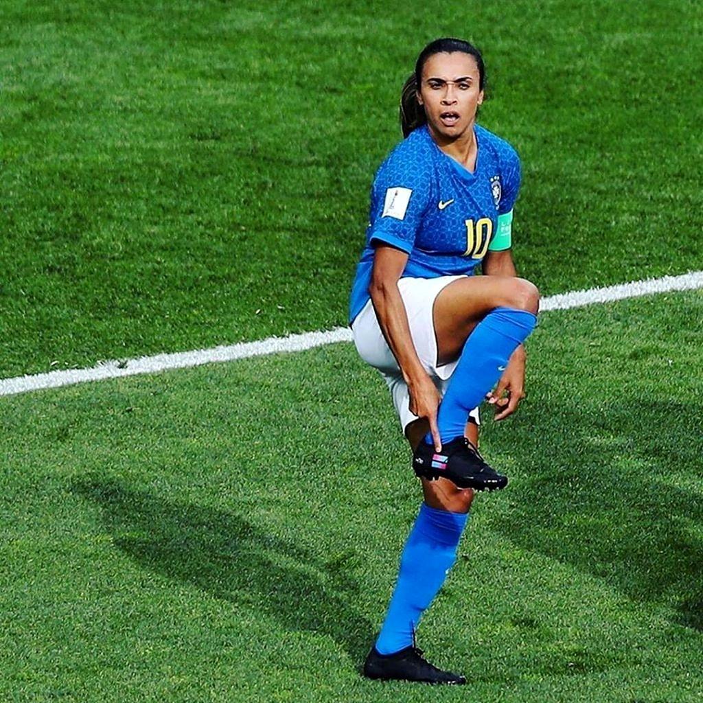 """Sem patrocinadores, Marta aponta para símbolo da campanha """"Go Equal"""" em sua chuteira (Foto: Divulgação)"""