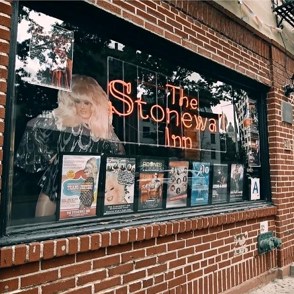 Fachada do Stonewall Inn, palco da revolução que começou o movimento do Orgulho LGBT nos EUA (Foto: Divulgação)