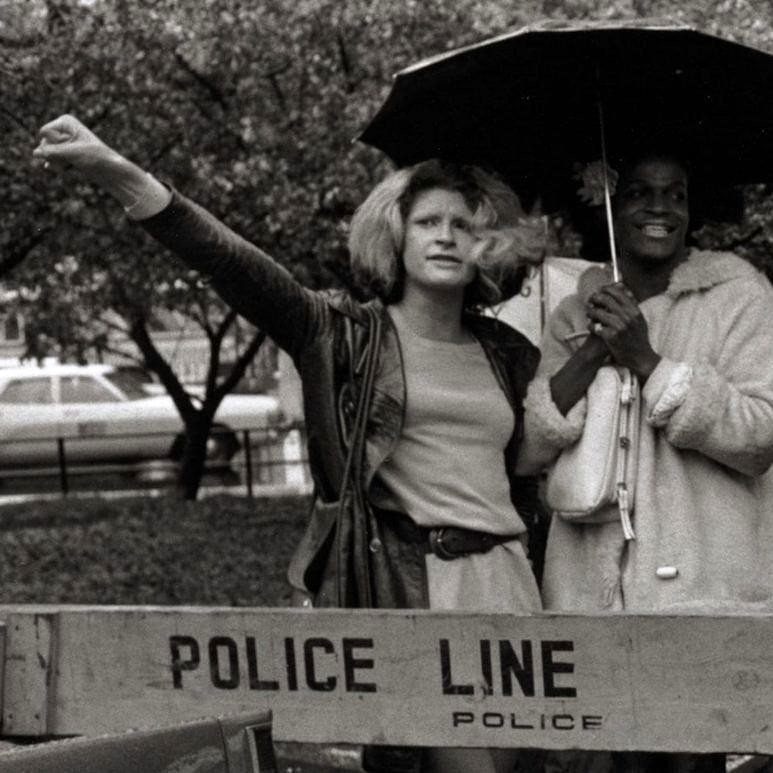 Sylvia Rivera e Marsha P. Johnson fundaram o coletivo STAR (Street Transvestite Action Revolutionaries), formado por travestis e prostitutas em busca de direitos nos EUA (Foto: Reprodução)