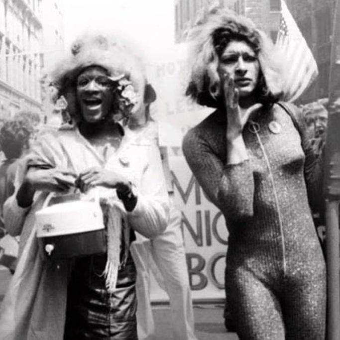 Marsha P. Johnson e Sylvia Rivera durante marcha em prol dos direitos LGBTs, em Nova York (Foto: Reprodução)