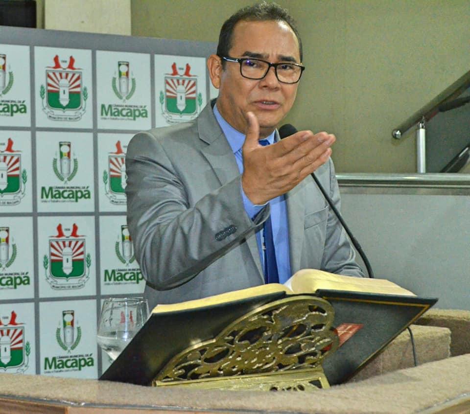 Vereador Rinaldo Martins (PSOL) repudia publicação do professor Milton Santos durante sessão na Câmara Municipal do Macapá (Foto: SECOM | Divulgação)
