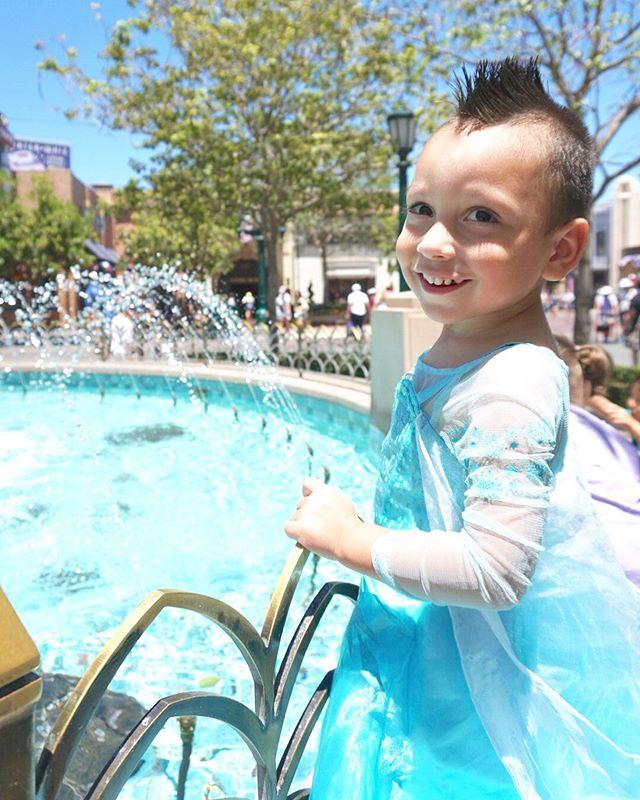 """Evan vestido como a Elsa, de """"Frozen"""", durante visita à Disney (Foto: Reprodução)"""