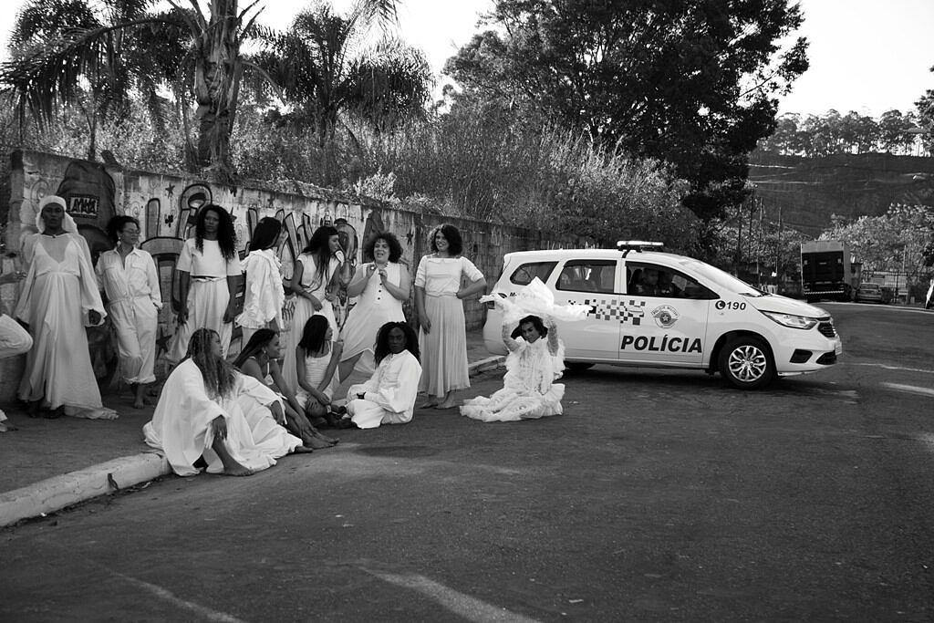 """Elenco de """"Oração"""" posa em frente à viatura policial chamada para retirar a equipe do local de gravação (Foto: Divulgação)"""