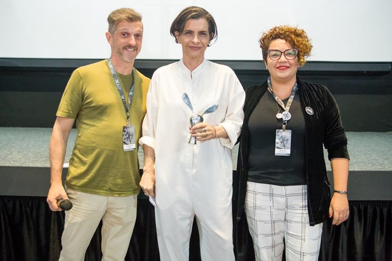 Marina Lima recebe o prêmio de Ícone Mix, ao lado de André Fischer e Josi Geller (Foto: Kaique Telles | Festival Mix Brasil)