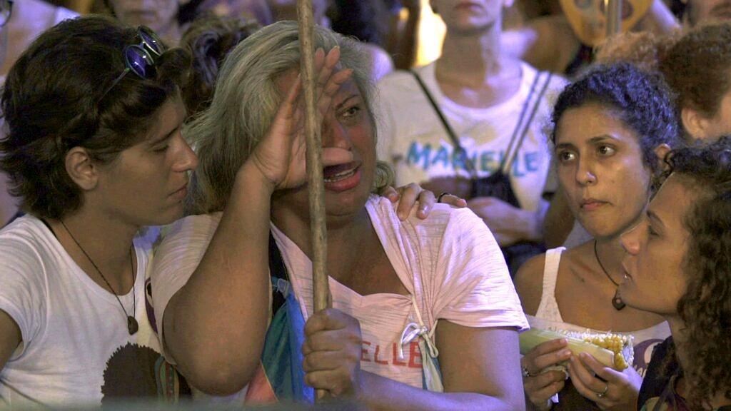 """Cena de """"Indianara"""" filmada durante o ato em homenagem a Marielle Franco, no Rio (Foto: Divulgação)"""