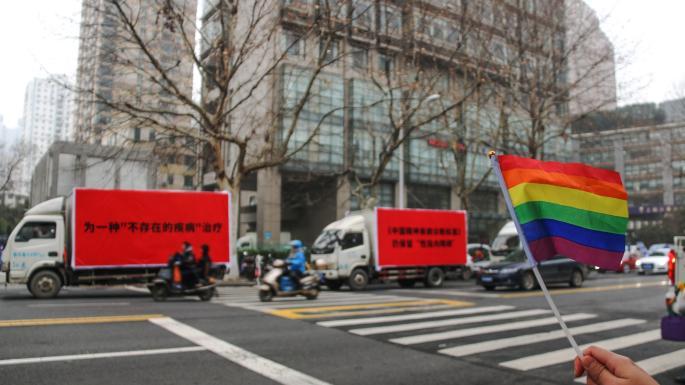 """Pelas ruas de Pequim, caminhões anunciam centros que oferecem """"terapia de conversão"""" aos seus pacientes (Foto: AFP / Reprodução)"""