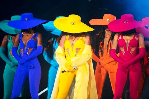 Beyoncé emulando as cores do arco-íris ao lado de suas dançarinas (Foto: Reprodução)