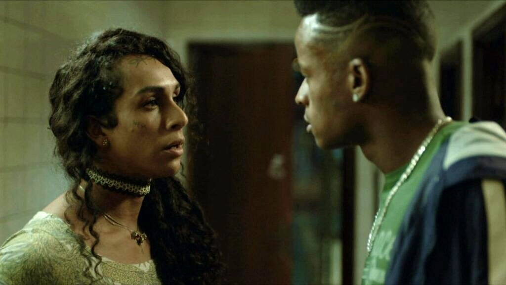 """Logo nos primeiros episódios de """"Segunda Chamada"""", Natasha é agredida ao usar o banheiro masculino da escola (Foto: Reprodução)"""