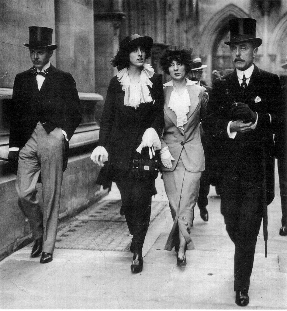 Harold Nicholson, Vita Sackville-West, Rosamund Grosvenor e seu pai fotografados em Londres, em 1913 (Foto: Reprodução)