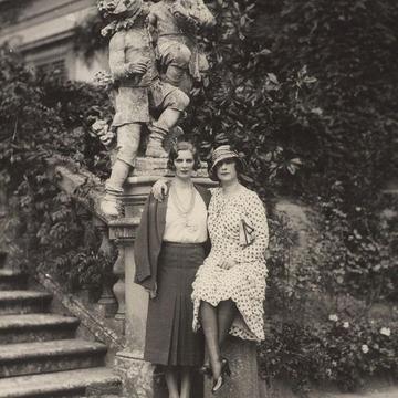 Vita Sackville-West e Violet Keppel fotografadas na casa de Violet (Foto: Reprodução)