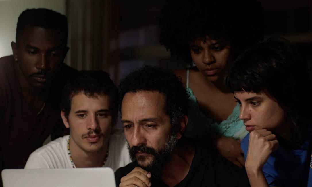 """""""Fim de Festa"""" lança olhar autocrítico a um Brasil que esquece de se amar"""