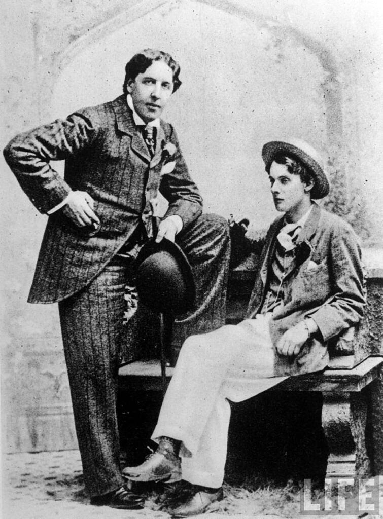 """Oscar Wilde (esq.) fotografado com Alfred """"Bosie"""" Douglas, anos antes de seu julgamento (Reprodução)"""