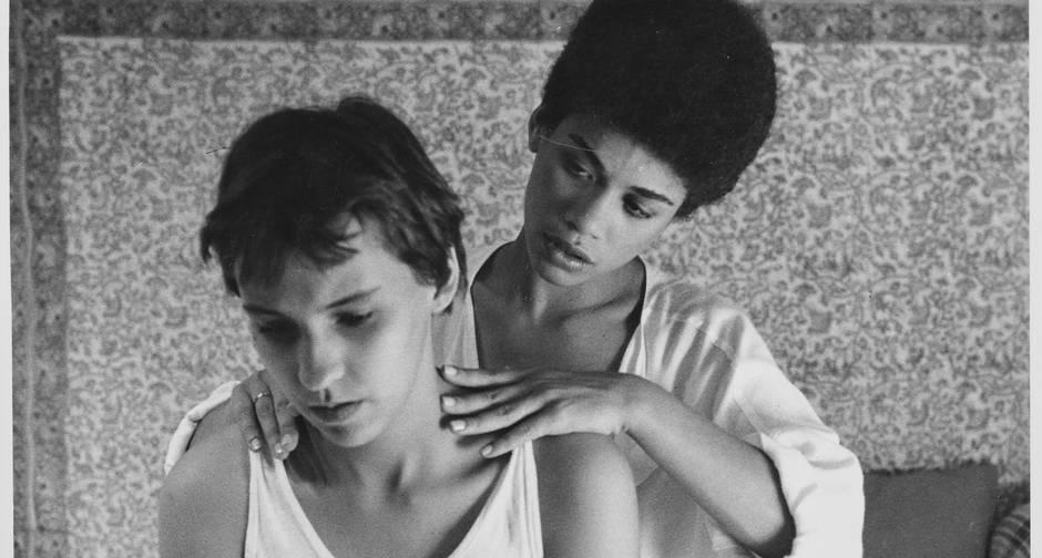 """Em """"Vera"""", Bauer e Clara mantêm relacionamento heterossexual entre uma mulher cis e um homem trans (Foto: Reprodução)"""