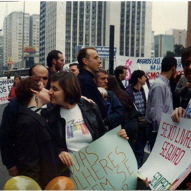 Casal lésbico se beijando durante a 1ª Parada do Orgulho LGBT de São Paulo, em 1997 (Foto: Reprodução)
