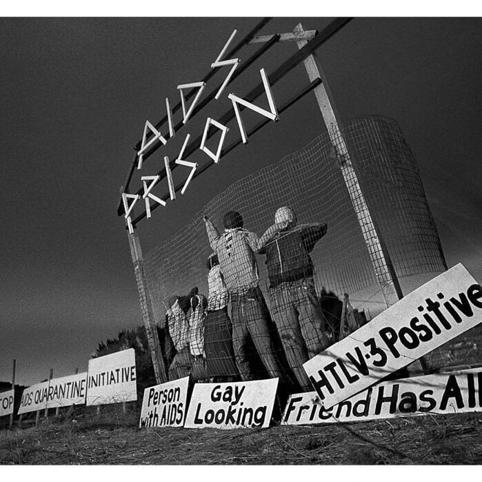 """Protesto em São Francisco, nos EUA, denuncia a """"prisão da Aids"""" na qual a comunidade gay se encontrava durante a década de 1980 (Foto: Thomas Alleman   Reprodução)"""