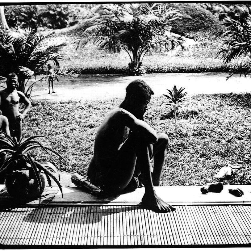 Homem congolês fita os membros que restaram da sua filha, assassinada pelos agentes do rei Leopoldo II (Foto: Alice Seeley Harris   Anti-Slavery International   Autograph ABP)