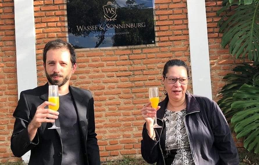 Todd Tomorrow e Heloisa de Carvalho em frente à casa do advogado Frederick Wassef (Foto: Reprodução)