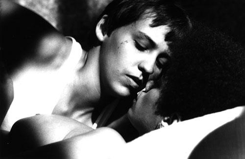 A repulsa de Bauer pelo próprio corpo é posta na relação com Clara, que acaba estremecida (Foto: Reprodução)