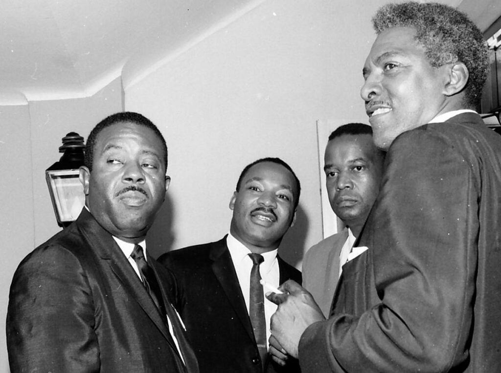Líderes do movimento pelos direitos civis reunidos em 1964 na Convenção Nacional do Partido Democrata: Rev. Ralph David Abernathy, Dr Martin Luther King Jr., Aaron E. Henry e Bayard Rustin (Foto: Getty Images)