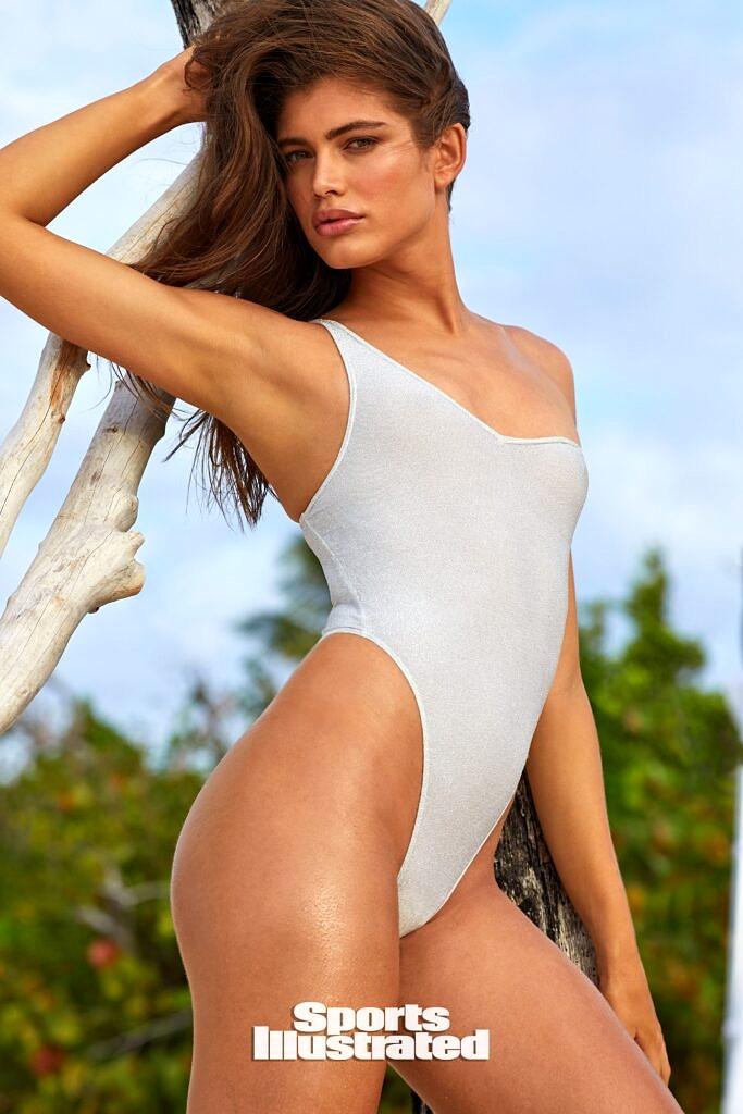 Valentina Sampaio é a primeira modelo trans a posar para a Swimswuit Issue da Sports Illustrated (Foto: Reprodução)