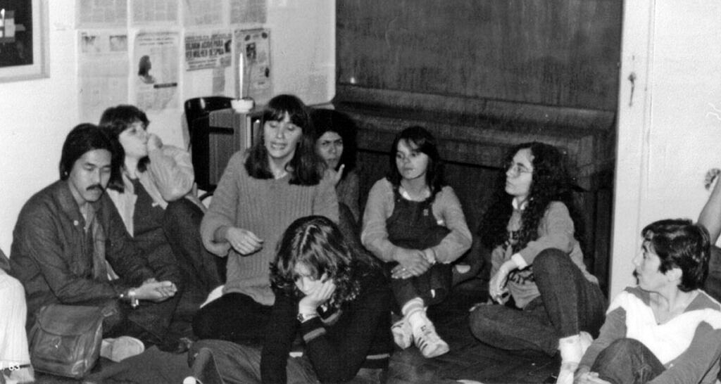 Integrantes do Somos, do Galf e do SOS Mulher na sede do Galf, junho de 1983 (Foto: Um outro olhar | Reprodução)