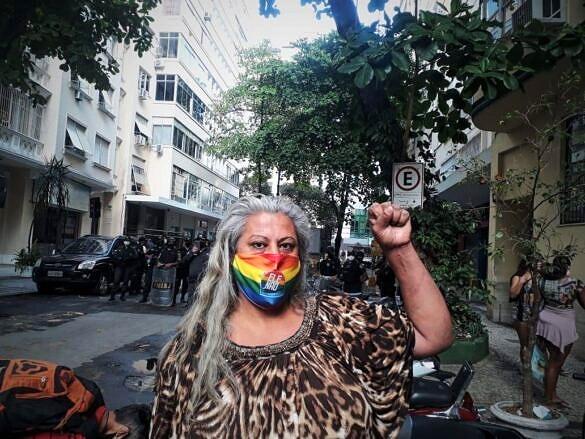 Indianare Siqueira em frente ao ato de resistência pela Casa Nem, em Copacabana (Foto: Pokirah | Reprodução)