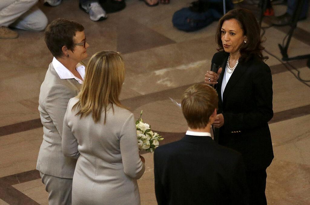 Kamala Harris, então como procuradora geral da Califórnia, oficializando o casamento de Kris Perry e Sandy Stier na Câmara Municipal de São Francisco em junho de 2013 (Foto: AP | Jeff Chiu)