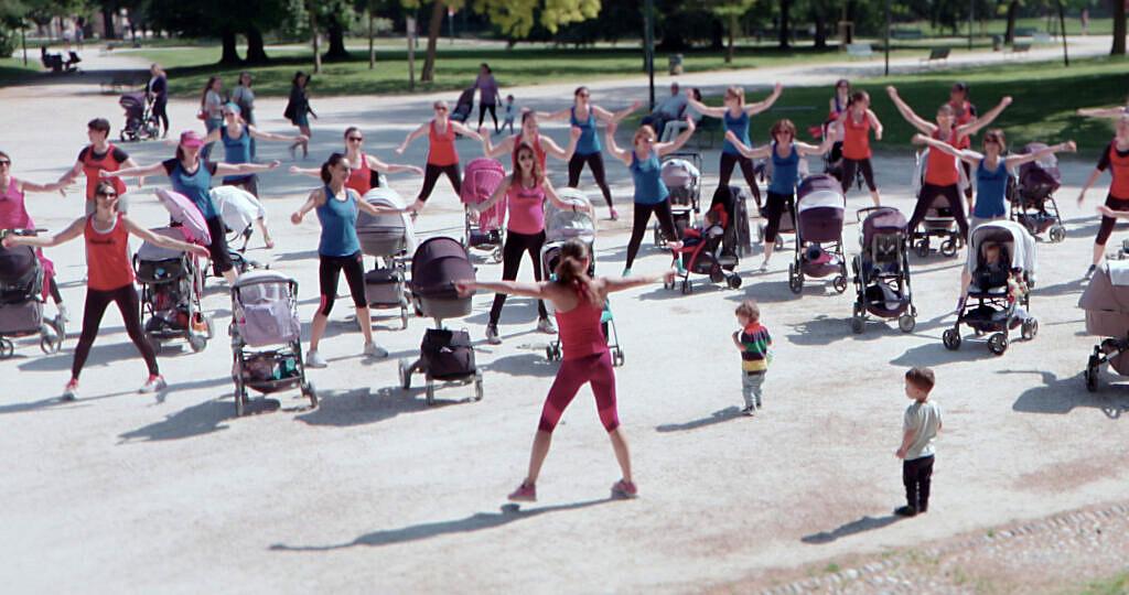 """Mães fazem exercício em parque público durante cena de """"Normal"""" (Foto: Divulgação)"""