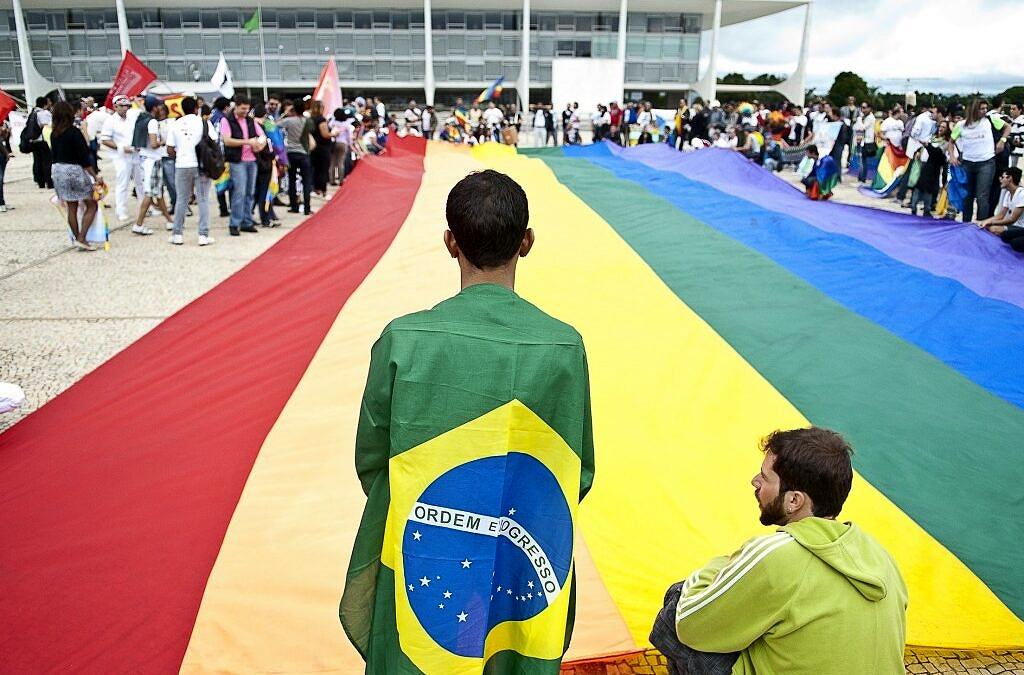 Manifestantes LGBTQ+ ocupam a Praça dos Três Poderes, em Brasília (Foto: Marcello Casal Jr. | Agência Brasil)