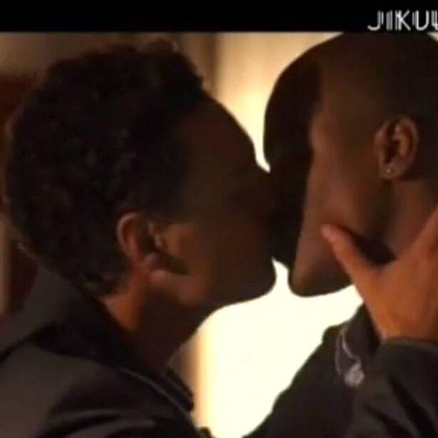 """Beijo gay na novela """"Jikulumessu"""" fez folhetim ser suspenso por uma semana na TV angolana (Foto: reprodução)"""