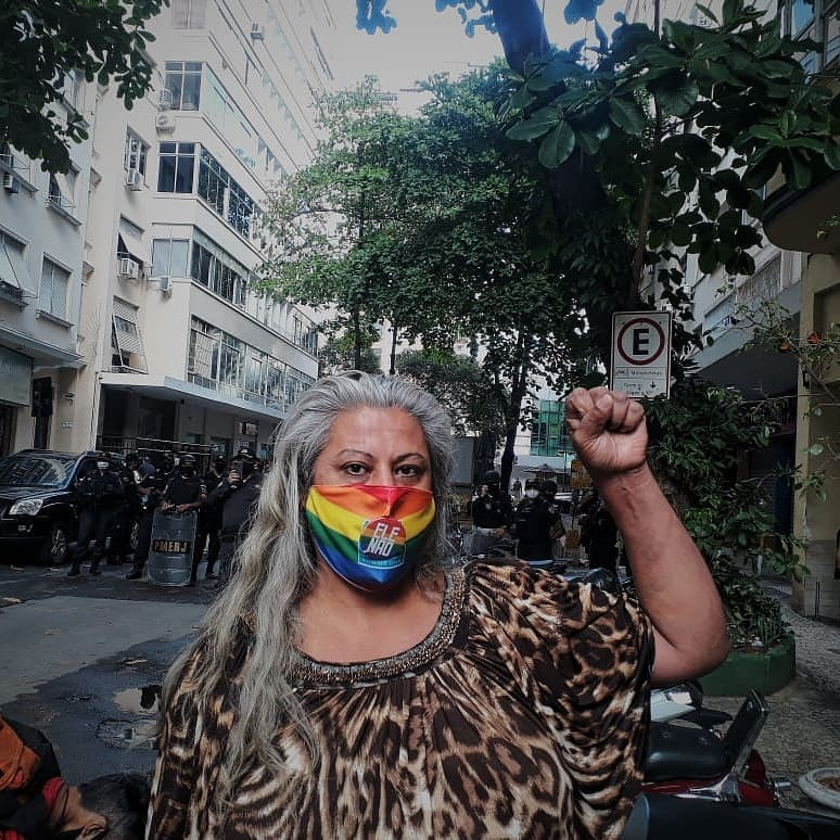 Indianarae em frente à força policial, resistindo contra a remoção em meio à pandemia, horas antes do despejo (Foto: Pokira   Revista Híbrida)