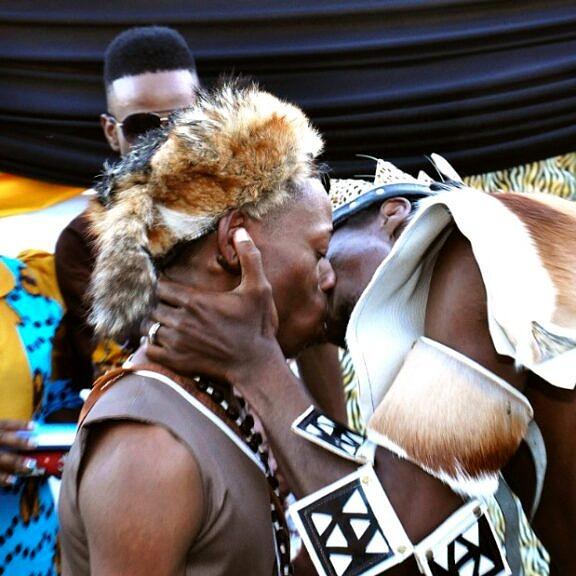 """EM 2013, Tshepo Cameron Modisane e Thoba Calvin Sithol realizaram na África do Sul a primeira cerimônia de casamento africano """"tradicional"""" entre dois homens desde a colonização (Foto: Reprodução)"""