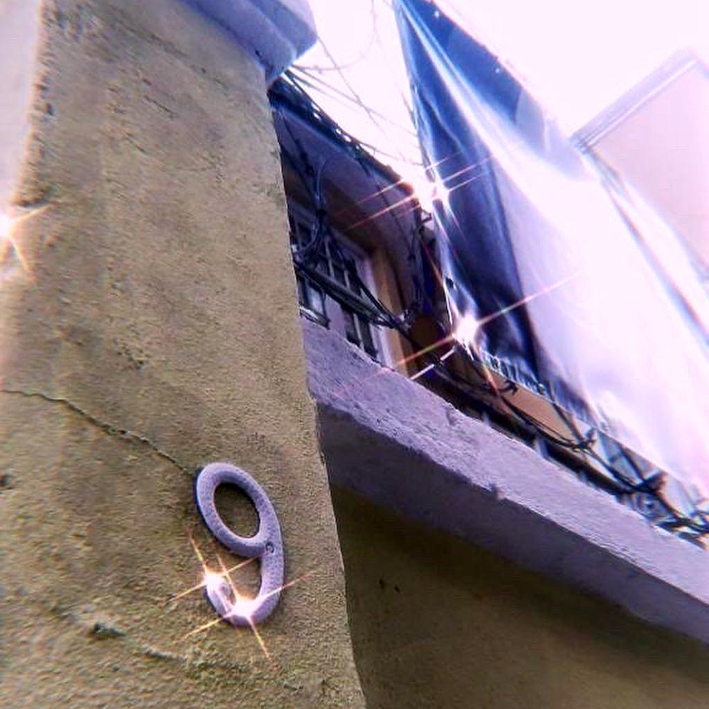 Número da sede da CasaNem, na rua Dois de Dezembro, no Flamengo (Foto: Pokira   Revista Híbrida)