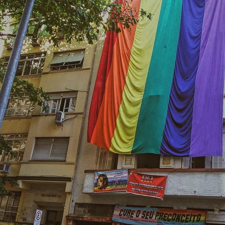Fachada com bandeira LGBTIA+ da antiga ocupação Stonewall Inn, da CasaNem, dias antes do despejo (Foto: Pokira   Revista Híbrida)