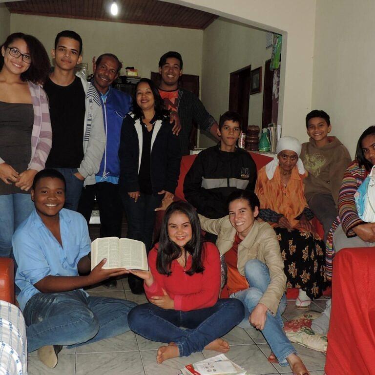 Osmir (de azul, segurando a Bíblia) com o grupo de amigos da Pastoral da Juventude, em Governador Valadares (Foto: Arquivo Pessoal)
